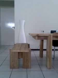 Grote tafel met bankje