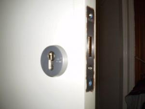 bijzetslot meestal met aparte sleutel (2 verschillende sleutels voor 1 deur)